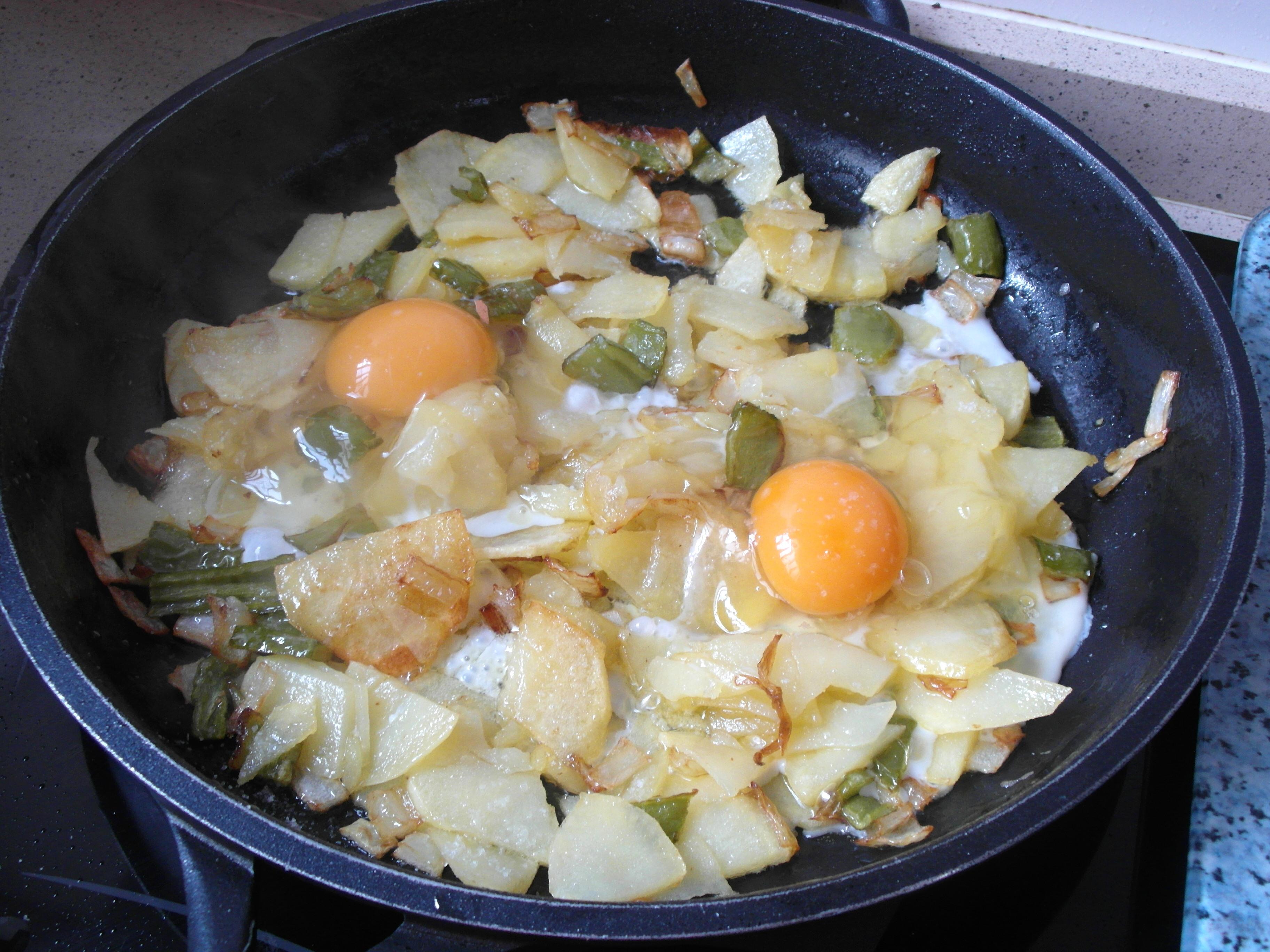 Huevos cuajados en patatas a lo pobre la fritada for Cocinar patatas a lo pobre